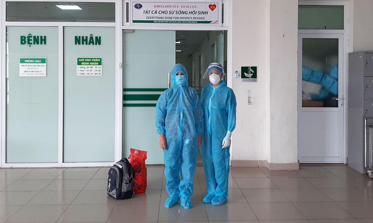 Bệnh nhân 6404 chụp ảnh cùng nhân viên y tế trước khi ra viện, chiều 2/7. Ảnh do bệnh viện cung cấp.
