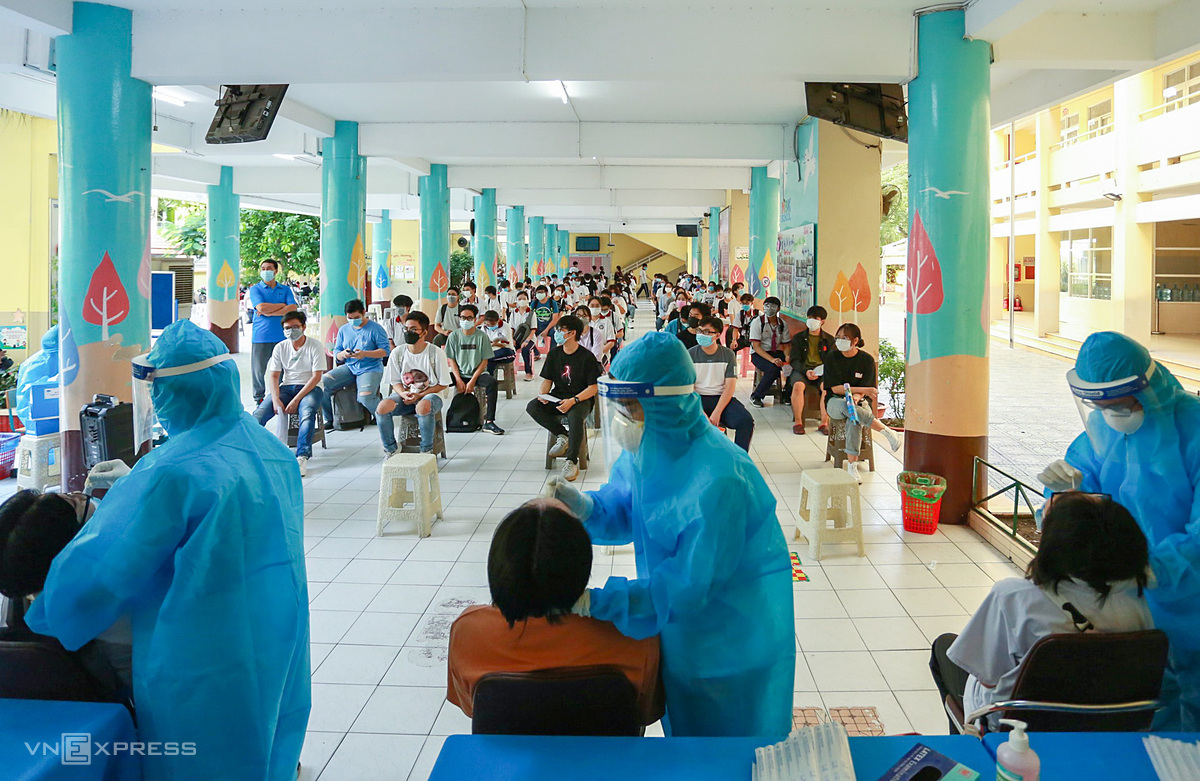 Xét nghiệm Covid-19 thí sinh thi tốt nghiệp THPT tại trường tiểu học Lê Văn Thọ, quận Gò Vấp, ngày 3/7. Ảnh: Quỳnh Trần.