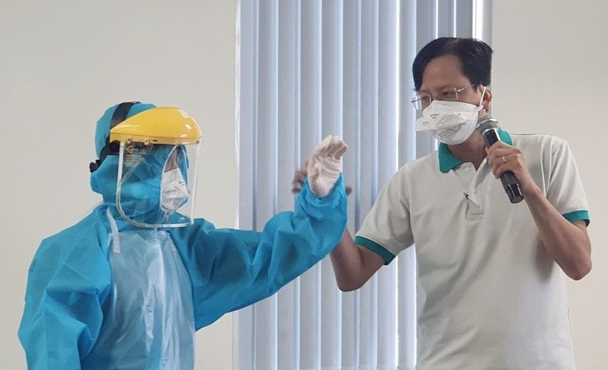 Bác sĩ hướng dẫn các doanh nghiệp cách dùng trang phục phòng hộ, lấy mẫu test nhanh. Ảnh: Trung tâm Kiểm soát Bệnh tật TP HCM (HCDC) qua màn hình trực tuyến