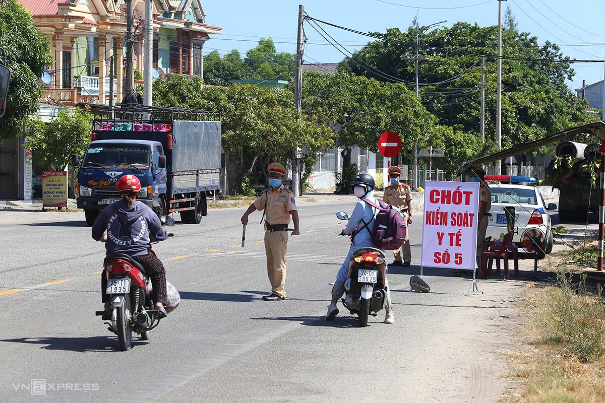 Trạm kiểm soát y tế người từ Đà Nẵng ra ở thị trấn Lăng Cô. Ảnh: Võ Thạnh