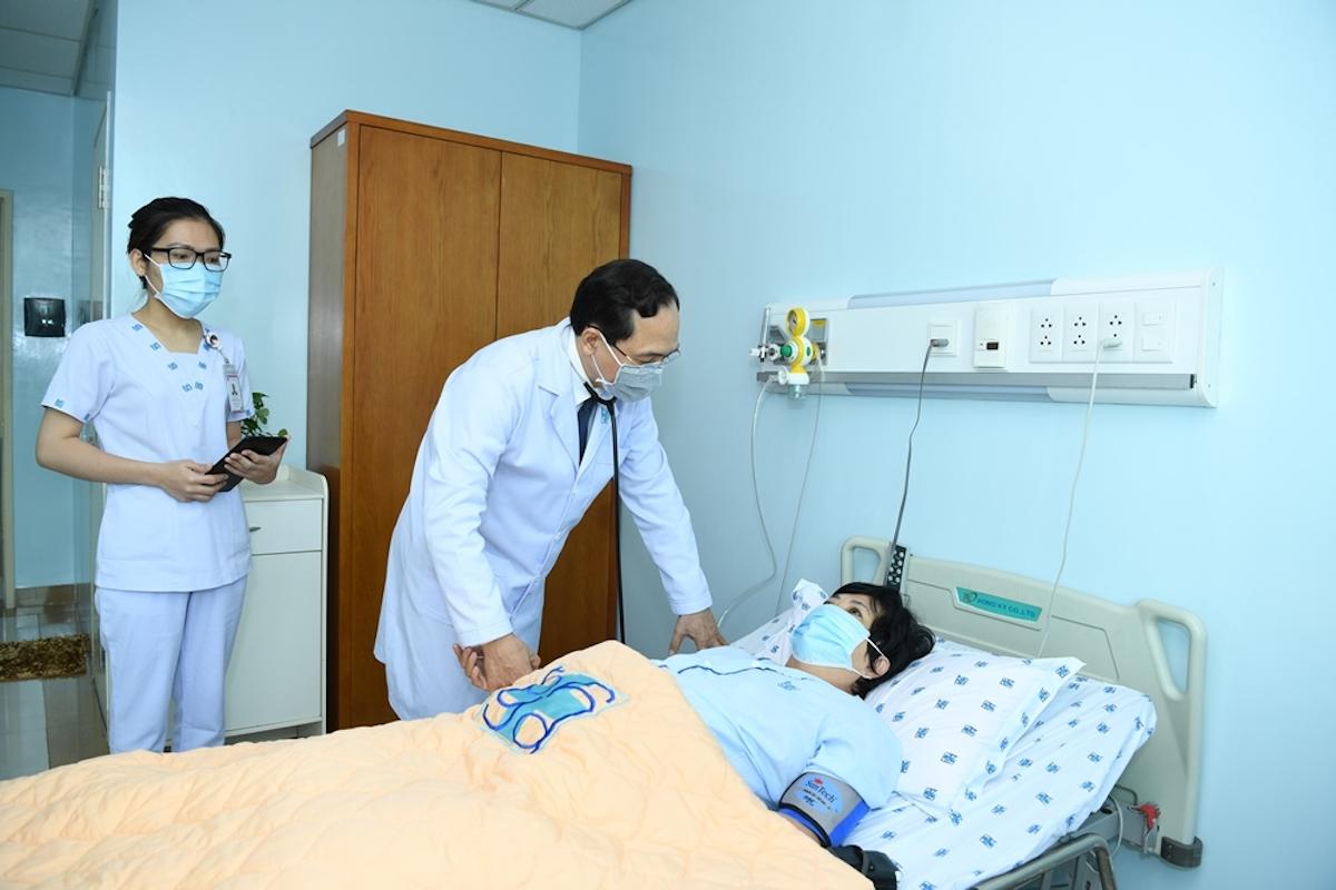 Giáo sư, bác sĩ Trương Quang Bình thăm khám cho người bệnh tim mạch. Ảnh: Bệnh viện Đại học Y dược TP HCM