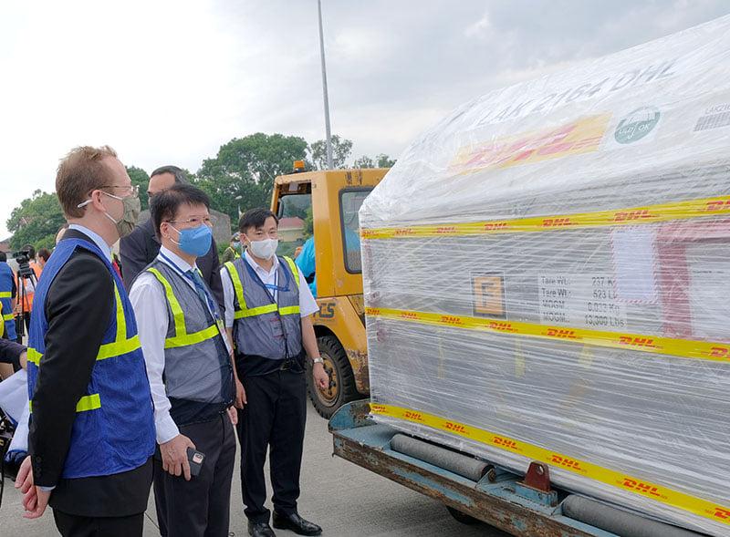 Thứ trưởng Cường (giữa) tiếp nhận lô vaccine Pfizer, sáng 7/7. Ảnh: Trần Minh.