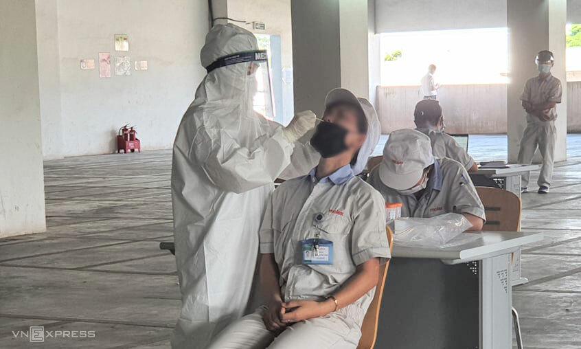 Nhân viên Công ty Molex thuộc Khu công nghiệp Thăng Long, Hà Nội được lấy mẫu xét nghiệm nCoV, chiều 6/7. Ảnh: Võ Hải.