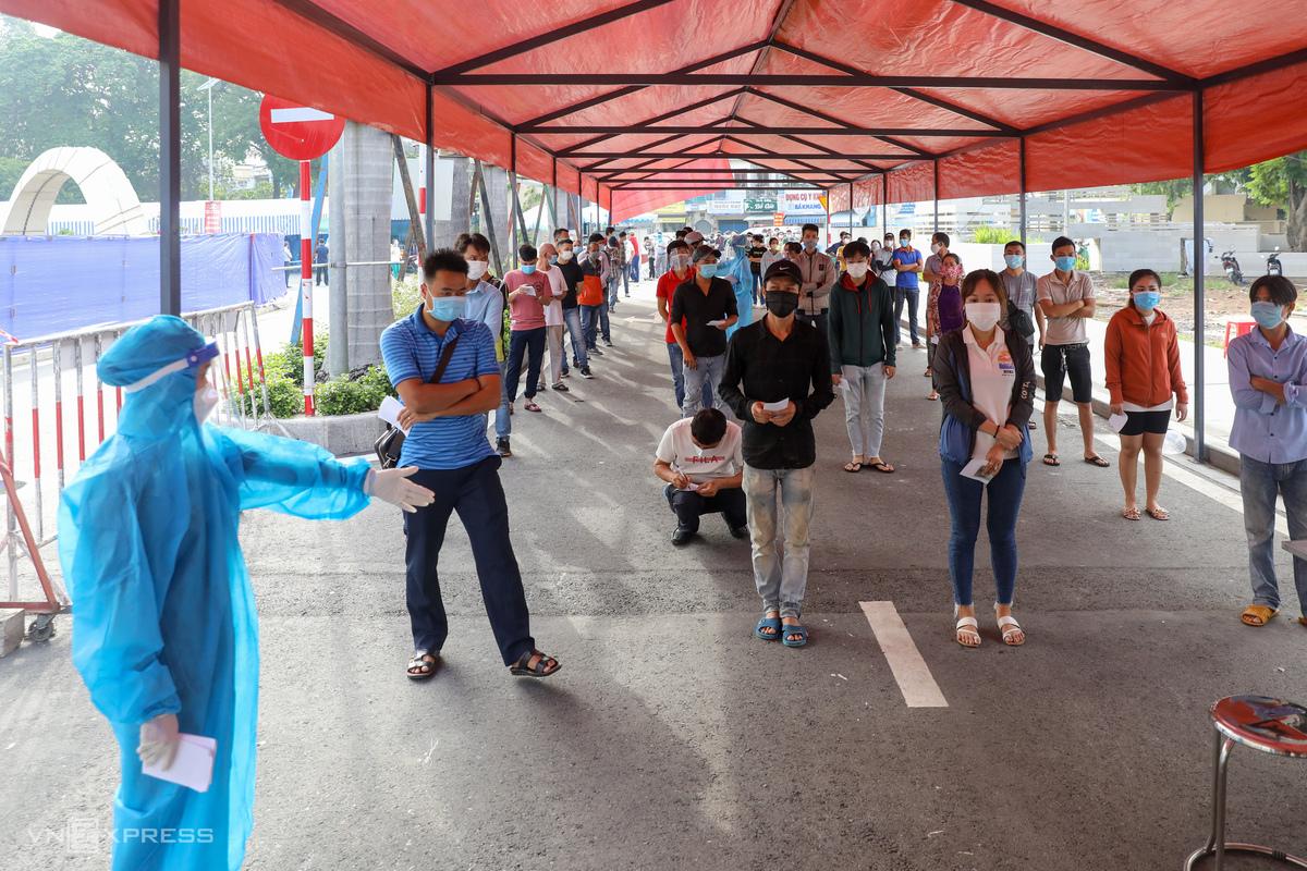 Hàng trăm người dân xếp hàng dài trước cổng Bệnh viện Quân y 175 (quận Gò Vấp) để đăng ký xét nghiệm Covid-19, sáng 6/7. Ảnh: Quỳnh Trần.