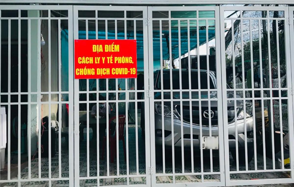 Khu vực nhà riêng của F1 ở huyện Bàu Bàng được treo bảng cách ly y tế. Ảnh:Thái Hà