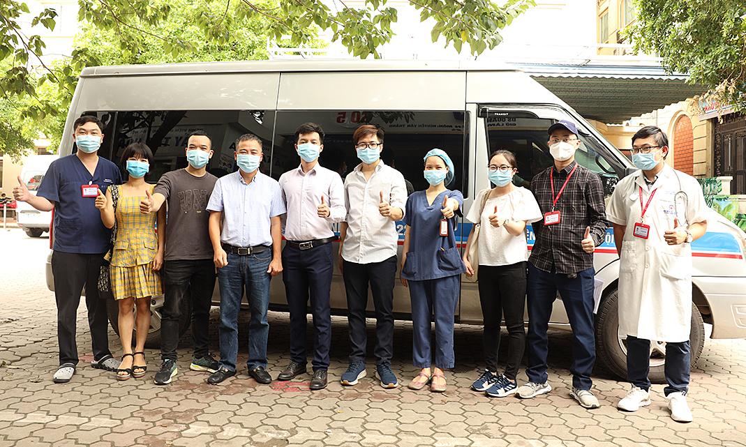 Phó giáo sư, Tiến sĩ Nguyễn Lân Hiếu, Giám đốc bệnh viện ( thứ tư từ trái qua) chụp ảnh cùng đội chi viện trước khi lên đường đi Phú Yên. Ảnh: Bệnh viện cung cấp