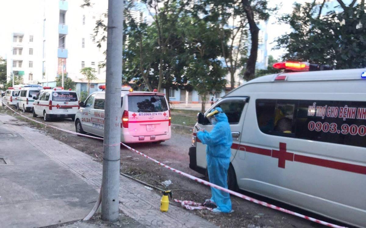 Đoàn xe cứu thương nối đuôi nhau xếp hàng trước cổng Bệnh viện dã chiến số 4, ngày 10/7. Ảnh: Bệnh viện Nhi đồng Thành phố cung cấp.