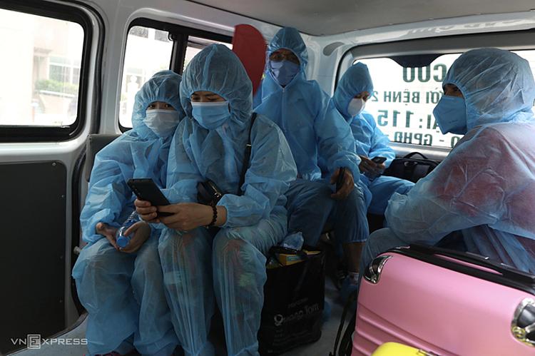 Người Hà Nội liên quan chùm ca lây nhiễm được đưa đi cách ly tập trung, ngày 13/5. Ảnh: Ngọc Thành.