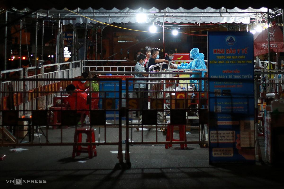 Đà Nẵng đang siết chặt kiểm soát người ra vào tại các cửa ngõ. Ảnh: Nguyễn Đông.