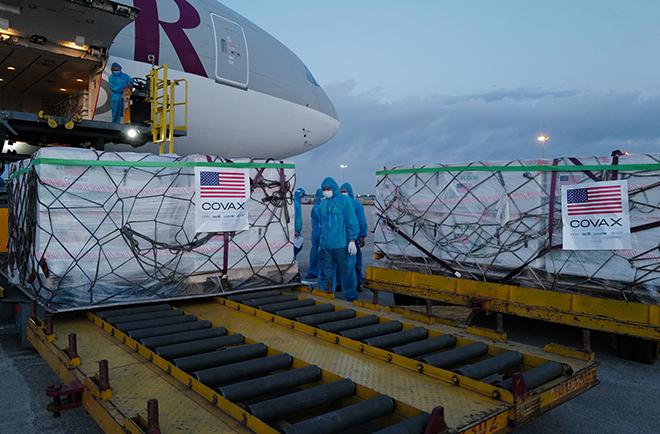 Rạng sáng 10/7, chiếc máy bay chở hơn 2 triệu liều Vaccnine do Mỹ tài trợ đã hạ cánh xuống sân bay Nội Bài (Hà Nội). Ảnh:Ngọc Thành.