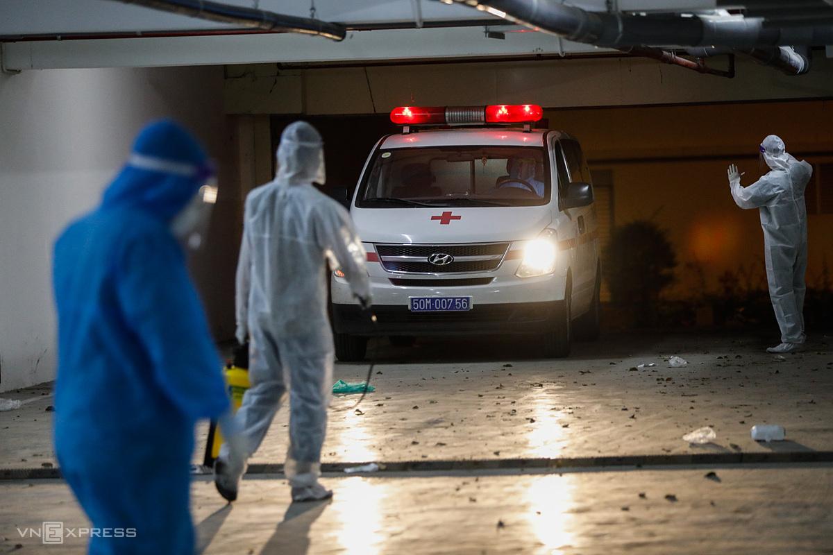 Xe cấp cứu vận chuyển bệnh nhân đến bệnh viện dã chiến điều trị Covid-19 ở TP HCM. Ảnh: Hữu Khoa.