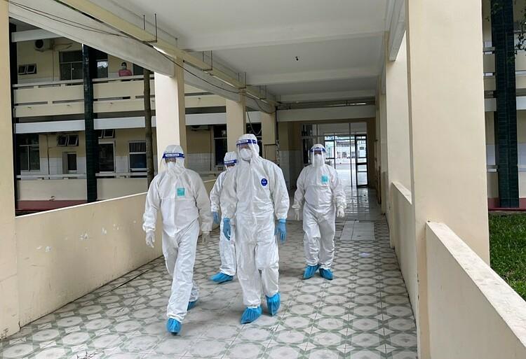[Thứ trưởng Nguyễn Trường Sơn và bác sĩ Nguyễn Trung Cấp kiểm tra một cơ sở điều trị bệnh nhân nặng tại Đồng Tháp. Ảnh: Bộ Y tế cung cấp
