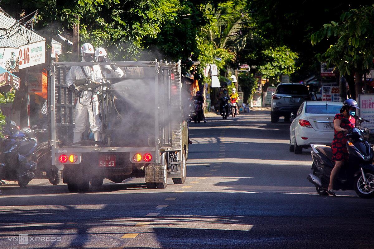 Lực lượng quân đội hỗ trợ quận Thanh Khê phun khử khuẩn trên đường Nguyễn Phước Nguyên, sáng 14/7. Ảnh: Nguyễn Đông.