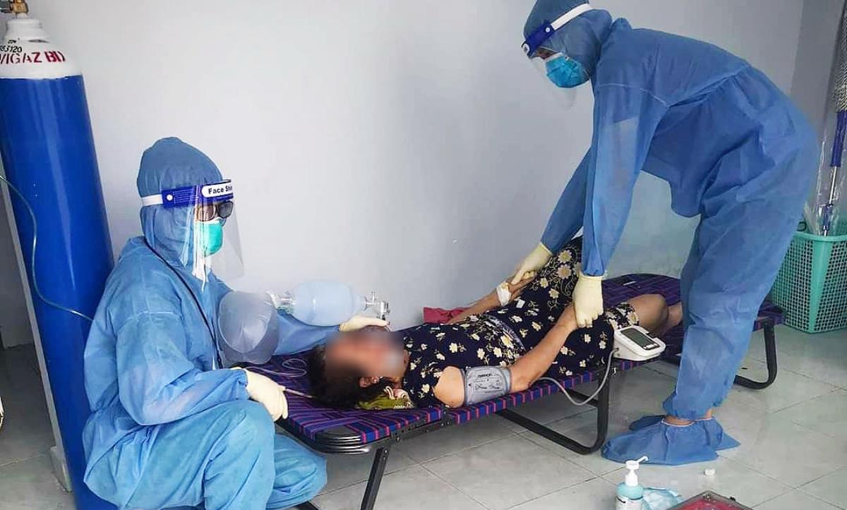 Nhân viên y tế cấp cứu cho nữ bệnh nhân Covid-19 không triệu chứng đột ngột trở nặng trưa 13/7, tại bệnh viện dã chiến số 4. Ảnh: Bệnh viện Nhi đồng Thành phố.