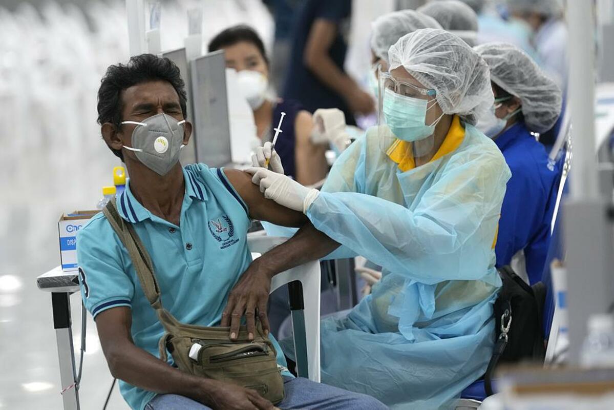 Nhân viên y tế được tiêm vaccine Covid-19 tại Trung tâm Tiêm chủng Trung ương ở Bangkok, Thái Lan, ngày 14/7. Ảnh: AP