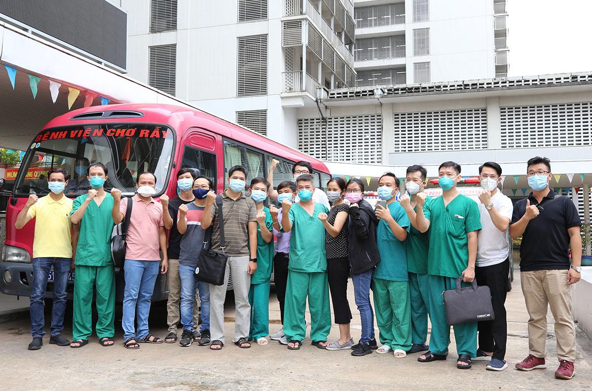 Đoàn chi viện Bệnh viện Chợ Rẫy, trước khi đến Bệnh viện Hồi sức Covid-19, chiều 14/7. Ảnh do bệnh viện cung cấp.