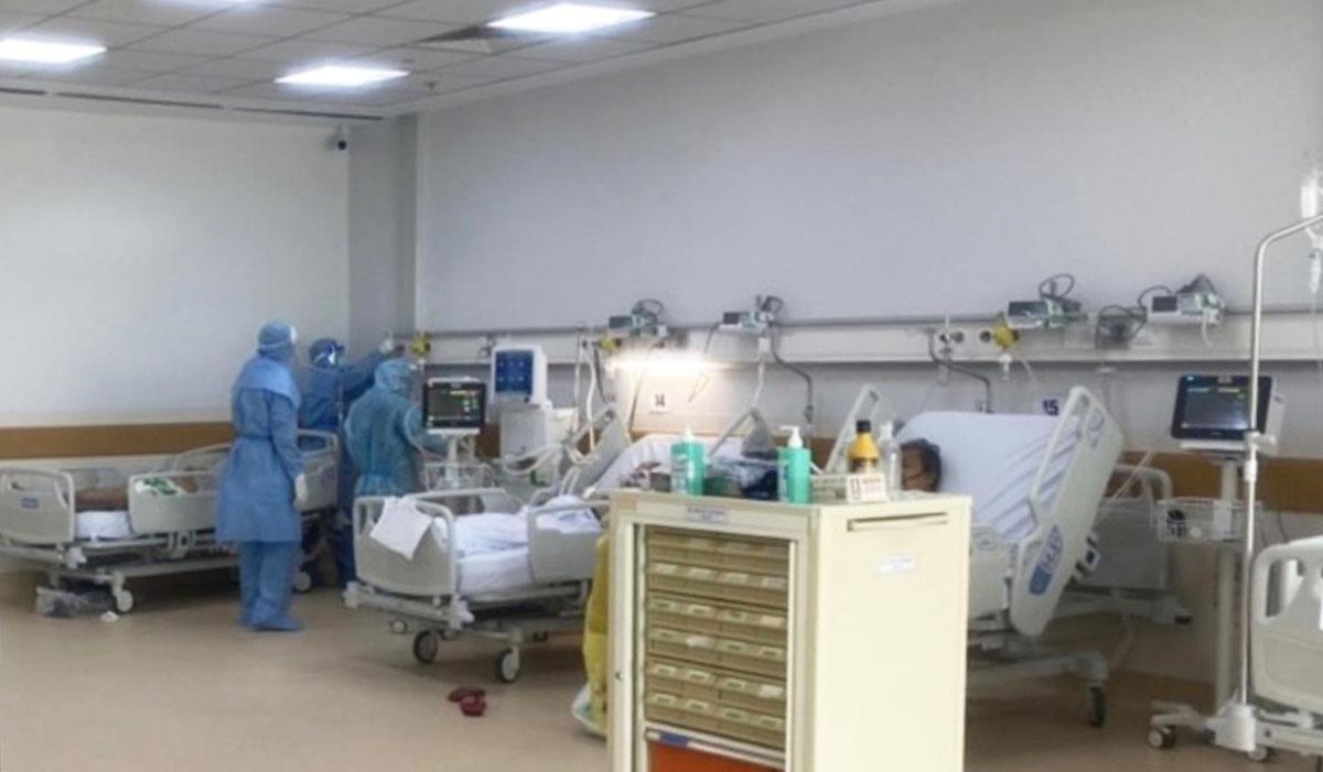 Các y, bác sĩ cùng các vật dụng của Bệnh viện Nhân Dân Gia Định tại khoa Cấp cứu của BV Hồi sức COVID-19
