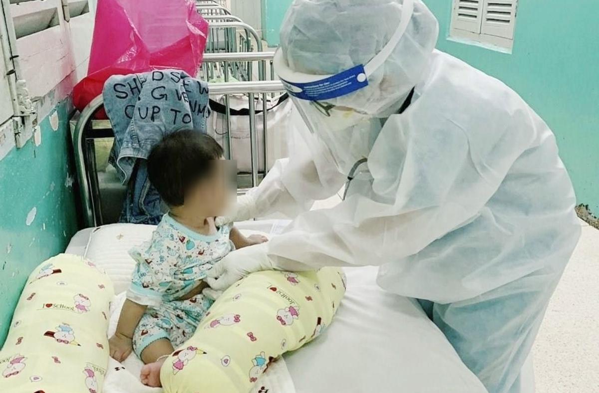 Nhiều bệnh nhi Covid-19 đang điều trị tại Bệnh viện Nhi đồng 2 chưa tròn một tuổi. Ảnh: Bệnh viện cung cấp.