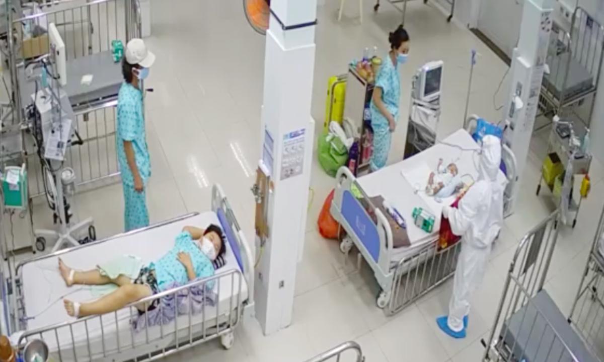 Nhân viên y tế thăm khám và hỗ trợ phụ huynh chăm sóc bệnh nhi mắc Covid-19 có kèm bênh nền tại phòng cấp cứu, Đơn vị điều trị Covid-19 trẻ em tại Bệnh viện Nhi đồng 2. Ảnh: Bệnh viện cung cấp.