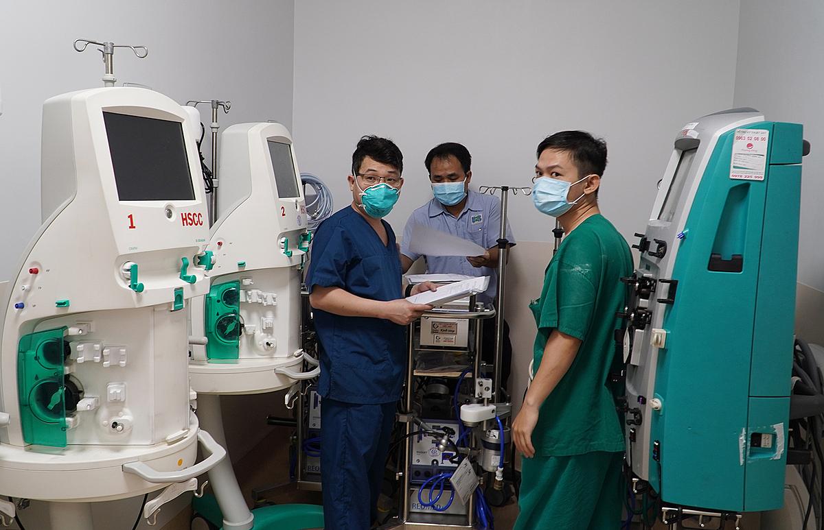 Các y bác sĩ lắp đặt dụng cụ tại Bệnh viện Hồi sức Covid-19 quy mô 1.000 giường điều trị người bệnh nặng và nguy kịch tại cơ sở 2 của Bệnh viện Ung Bướu.
