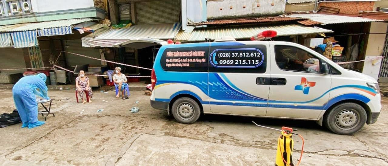 Bác sĩ Trần Văn Dương và đồng nghiệp lái xe cấp cứu đến đưa F0 đi bệnh viện tại huyện Bình Chánh. Ảnh: Nhân vật cung cấp
