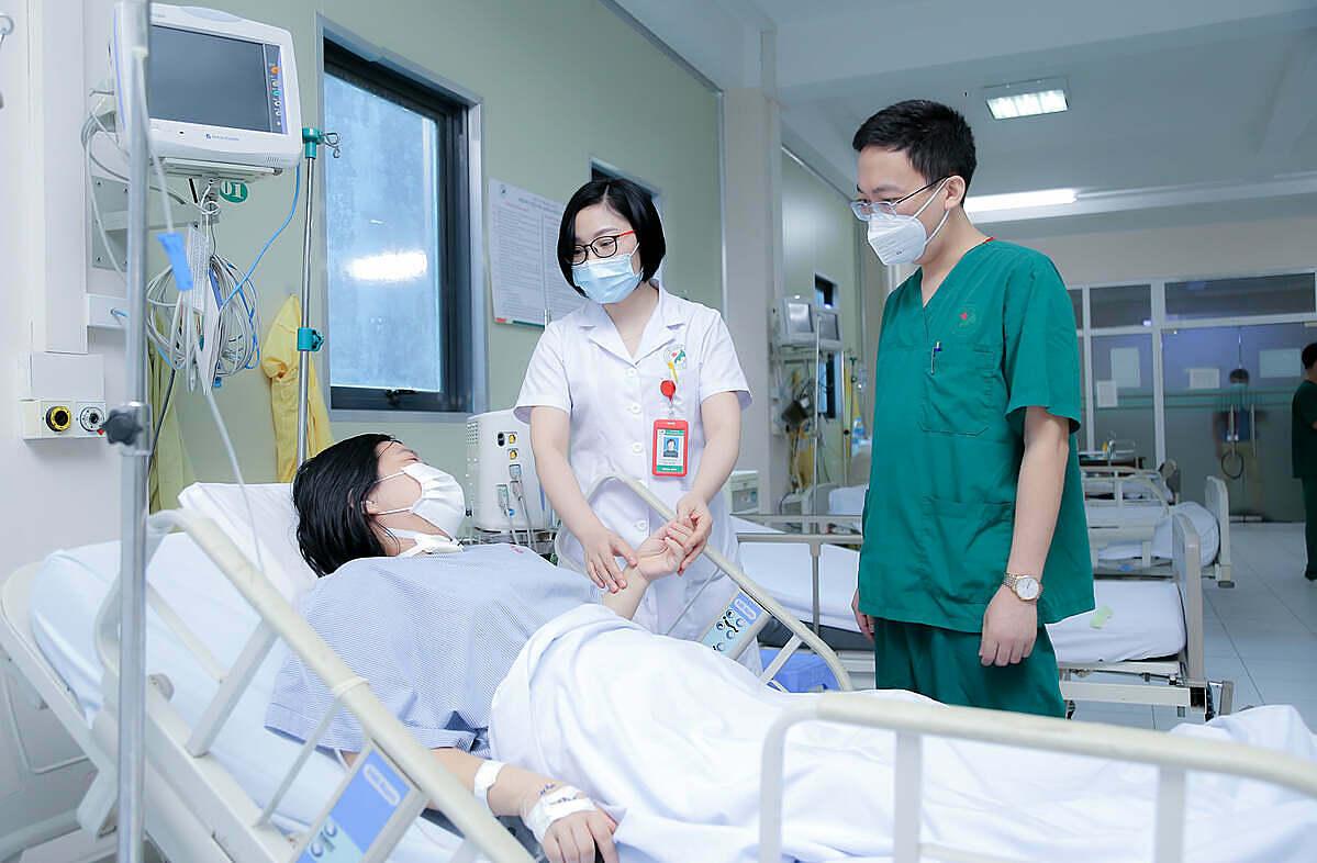 Bác sĩ thăm khám cho bệnh nhân sau can thiệp thành công. Ảnh: Bệnh viện cung cấp