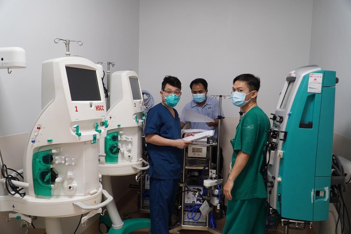 Các nhân viên y tế đang lắp đặt các trang thiết bị phục vụ cho điều trị bệnh nhân Covid-19 nặng tại Bệnh viện Hồi sức Covid-19. Ảnh: Bệnh viện Chợ Rẫy