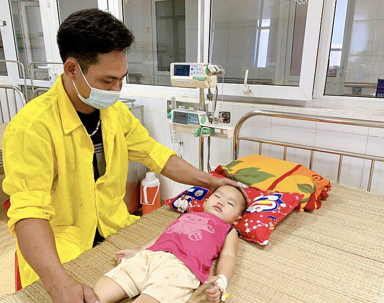 Bệnh nhi được bố chăm sóc tại viện. Ảnh: Bệnh viện cung cấp