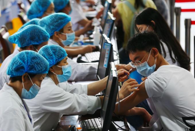 Thanh thiếu niên Trung Quốc được tiêm vaccine Covid-19, tháng 1/2021. Ảnh: DPA