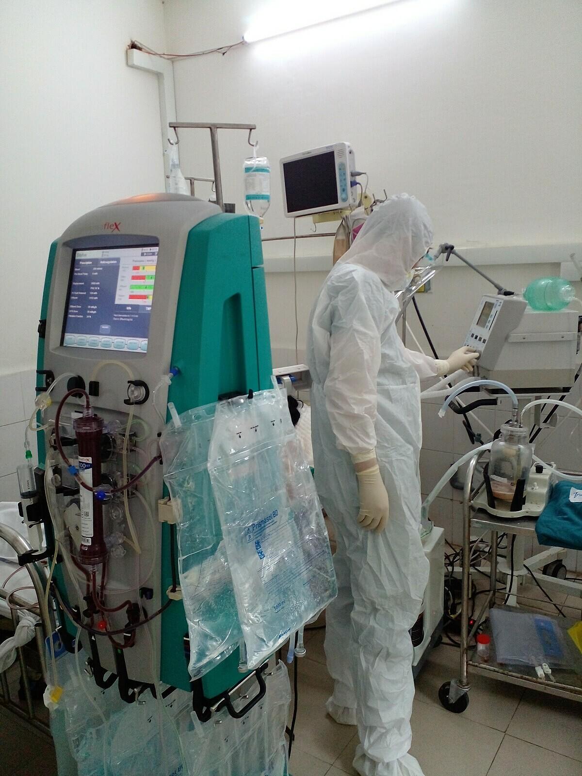 Đoàn chi viện từ Bệnh viện Đại học Y Hà Nội hỗ trợ ngành y tế địa phương trong điều trị bệnh nhân nặng và đào tạo thêm nhân lực nâng cao tay nghề. Ảnh: Bác sĩ cung cấp