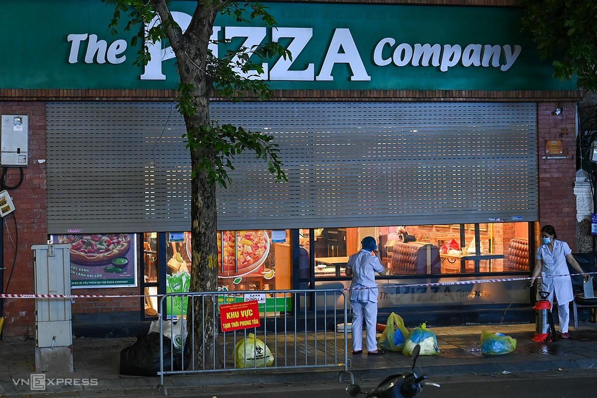 Quán pizza bị cách ly y tế tối 15/7. Ảnh: Giang Huy.