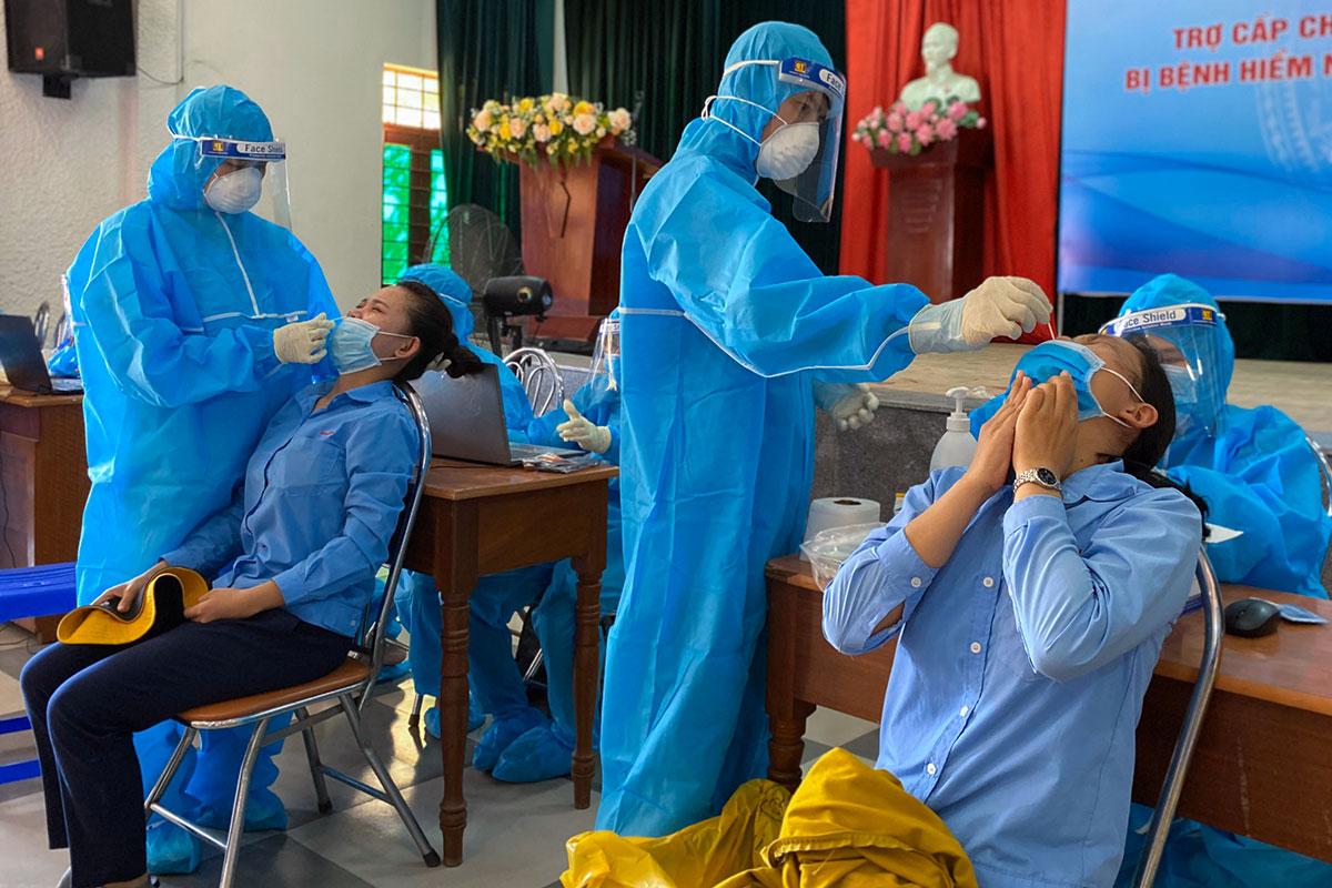 Công nhân Công ty Việt Hoa lấy mẫu xét nghiệm, sáng 15/7. Ảnh:Ngọc Trường.