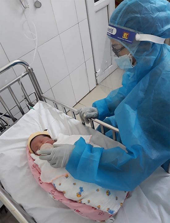Bé Đặng Vy Hạ An đang được bác sĩ theo dõi sức khỏe tại phòng sơ sinh. Ảnh: Bệnh viện cung cấp