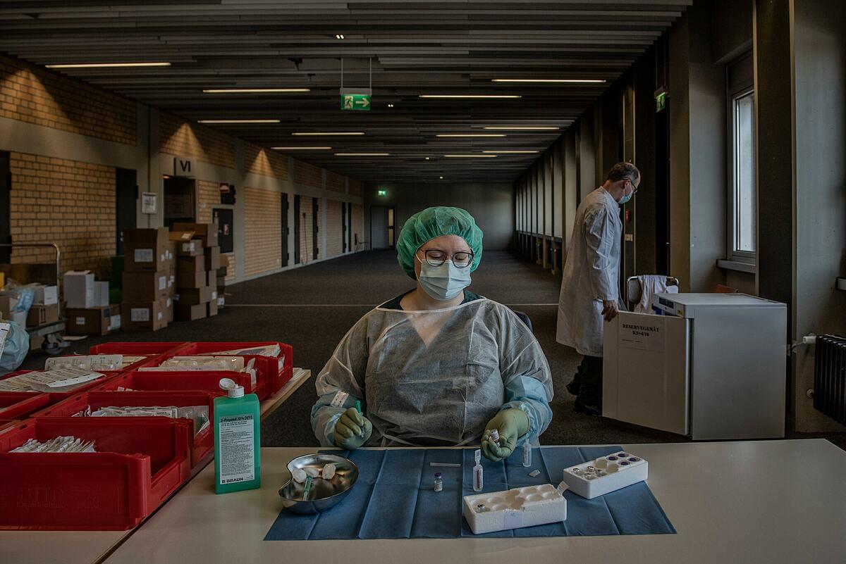 Y tá chuẩn bị xilanh để tiêm vaccine Covid-19 tại Munich, Đức, tháng 6/2021. Ảnh: NY Times