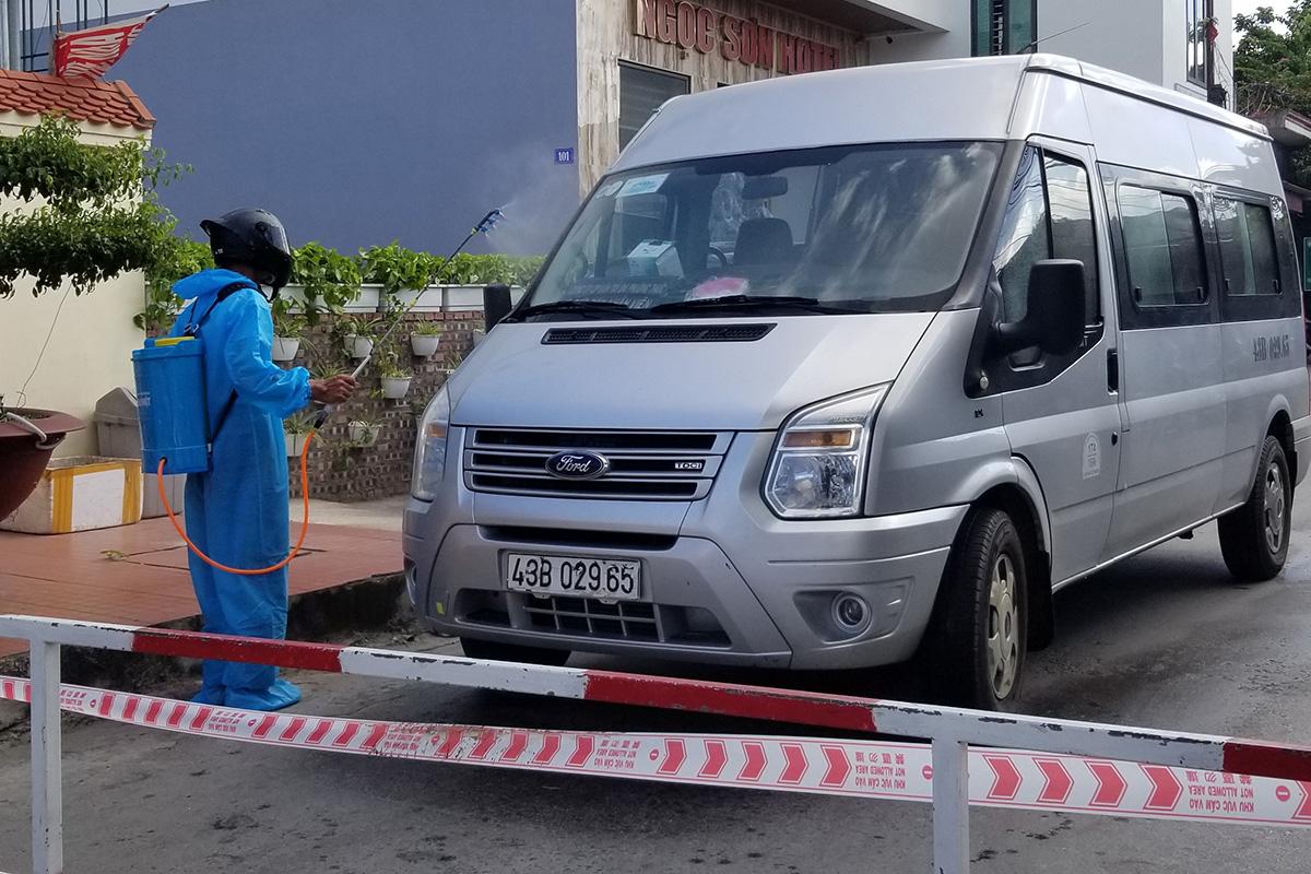 Nhân viên y tế phường Đông Hải 2, quận Hải An phun hóa chất khử thuẩn chiếc xe ô tô biển kiểm soát 43B-02965 có lái xe dương tính với Covid-19