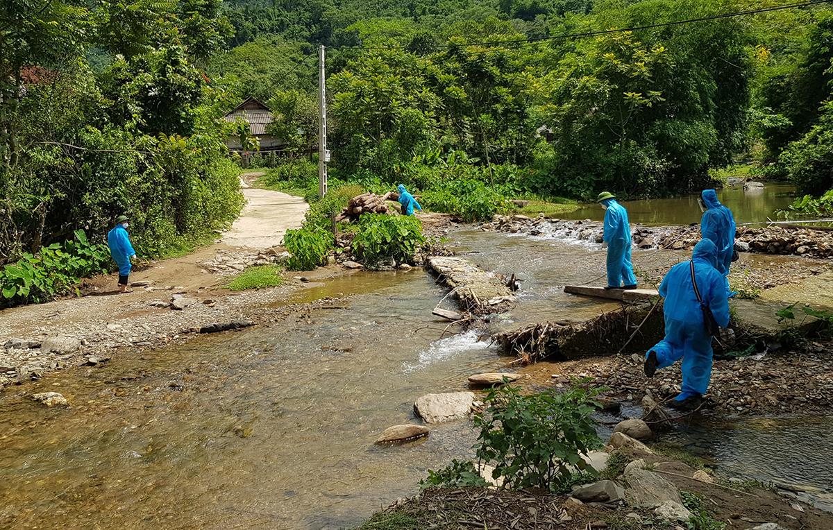 Cán bộ trên đường vào kiểm tra chống dịch tại bản Chằm Puông (Lượng Minh). Ảnh: Thủy Vy