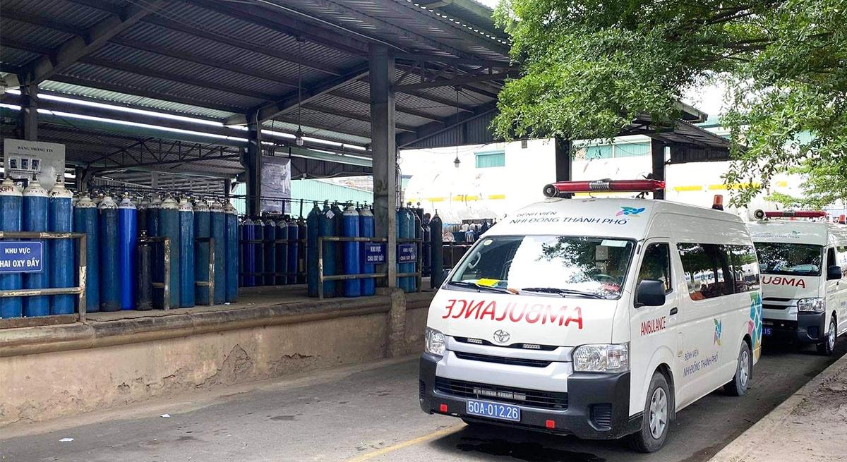 Hai xe cấp cứu Bệnh viện Nhi đồng Thành phố vận chuyển các bình oxy từ nhà máy sản xuất ở Bình Dương về bệnh viện dã chiến số 4, ngày 15/7. Ảnh do bệnh viện cung cấp.