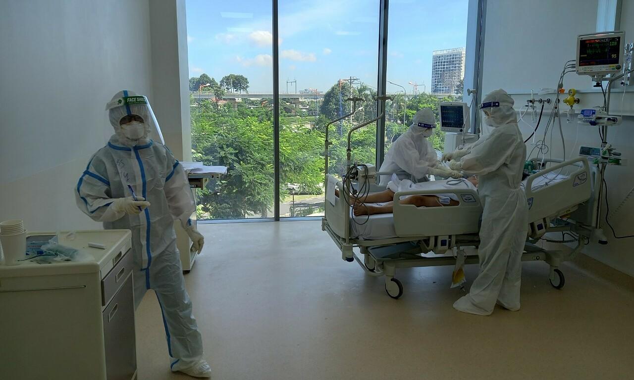 Bệnh nhân được điều trị tại Bệnh viện Hồi sức Covid-19 của TP HCM. Ảnh: Văn Đạo.