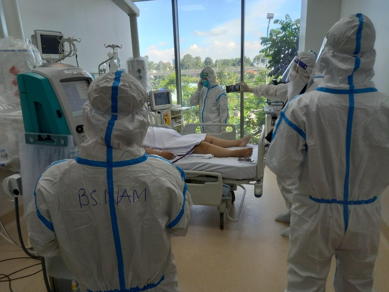 Bệnh nhân Covid-19 nặng điều trị tại Bệnh viện Hồi sức Covid-19 của TP HCM. Ảnh:Văn Đạo.