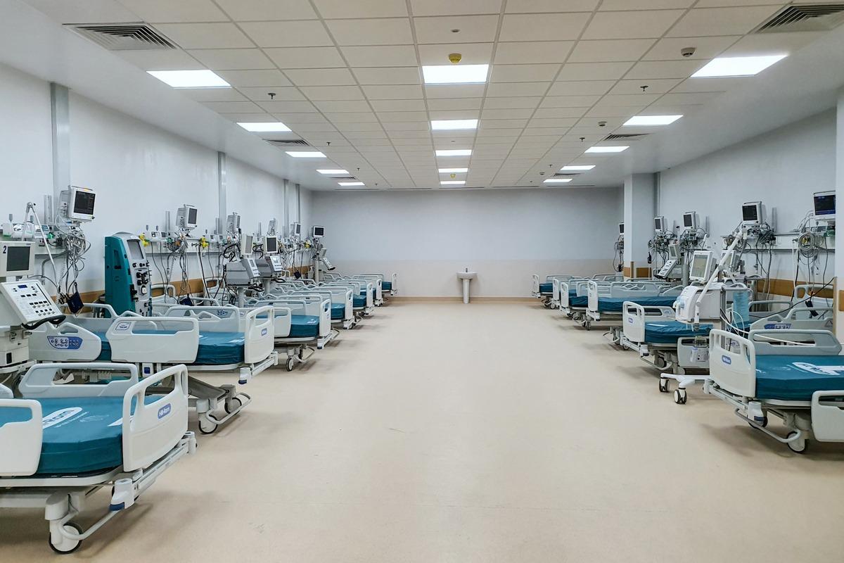Mỗi giường tại Bệnh viện Hồi sức Covid-19 đều có hệ thống oxy trung tâm và hút trung tâm. Trong đó có 100 giường săn sóc đặc biệt được bố trí thêm hệ thống khí nén trung tâm - một yêu cầu không thể thiếu để triển khai thở máy cho những bệnh nhân nguy kịch.