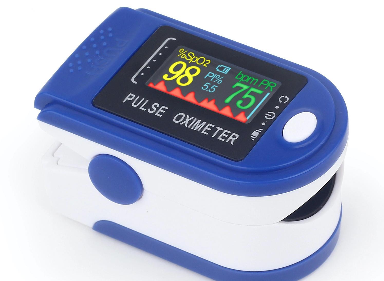 Màn hình một thiết bị cầm tay hiển thị nồng độ oxy trong máu 98%. Ảnh: Torob