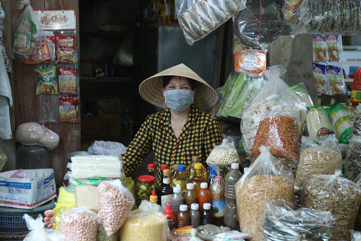 Tiểu thương tại chợ dân sinh TP Vinh thực hiện phòng chống Covid-19. Ảnh: Nguyễn Hải