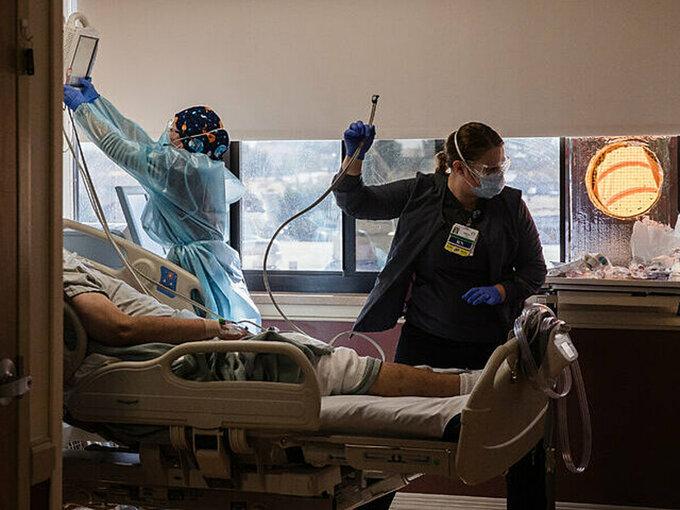Y bác sĩ tại California điều trị cho người mắc Covid-19 tại khu hồi sức tích cực, tháng 12/2020. Ảnh:NY Times