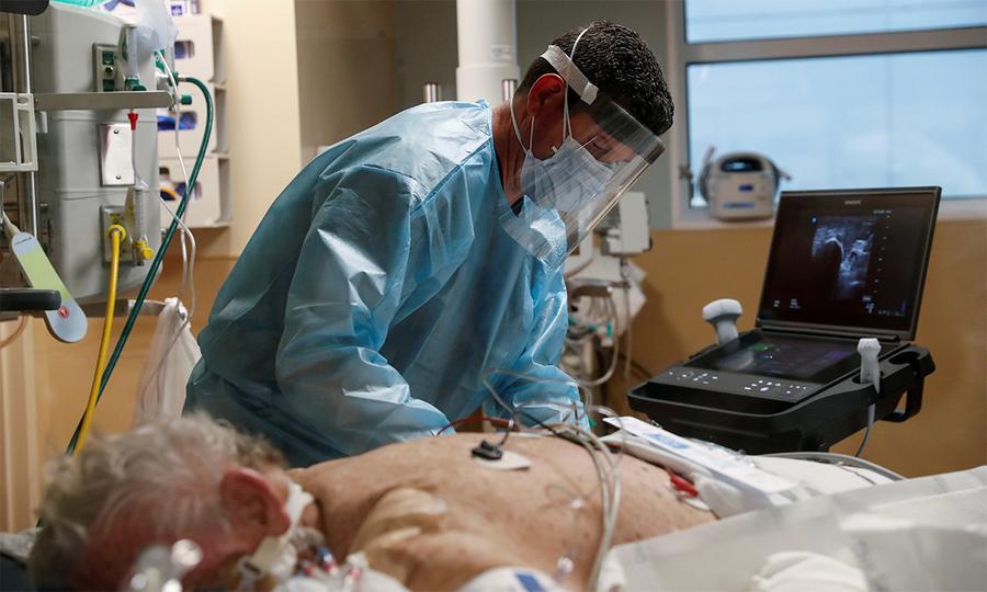 Nhân viên y tế Mỹ chăm sóc bệnh nhân nhiễm nCoV tại phòng hồi sức tích cực hôm 11/2. Ảnh: Reuters.