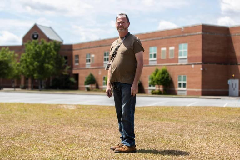 Earl Pathel, bảo vệ trường Trung học White Knoll, tiêm vaccine vào tháng 6/2021. Ảnh: Island Packet