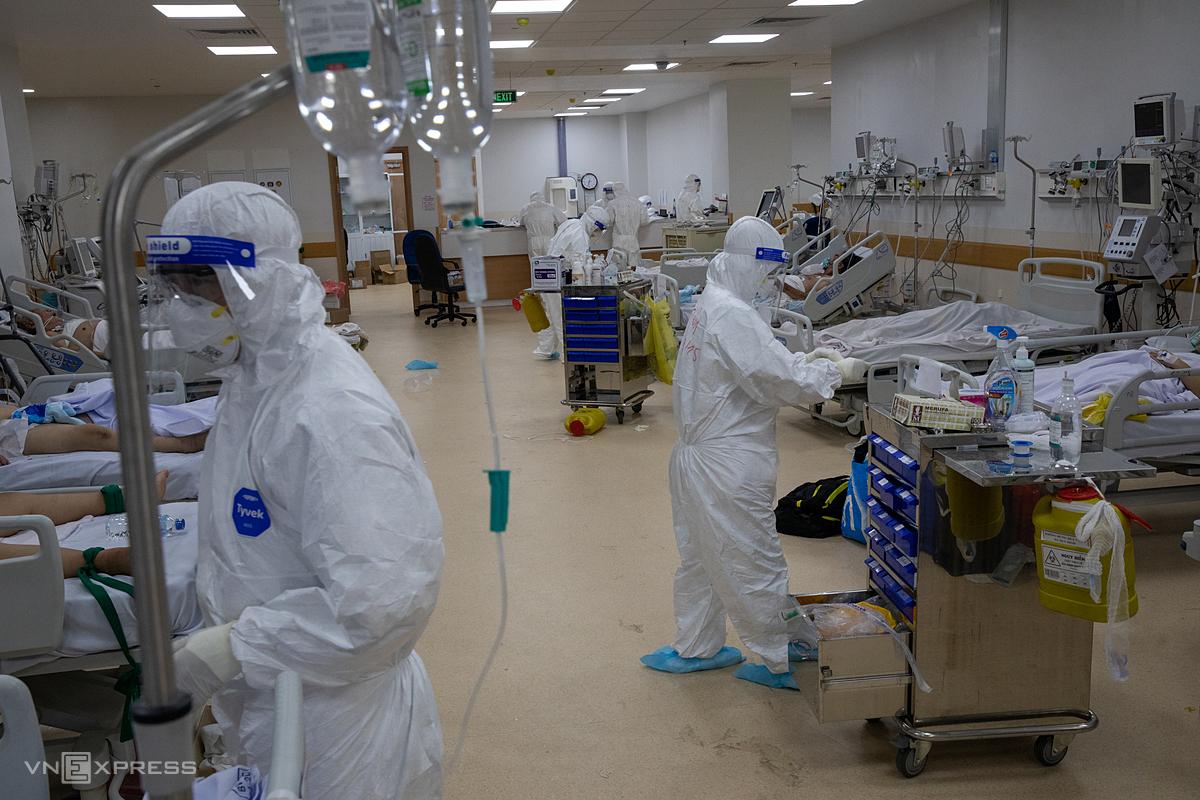Y bác sĩ điều trị bệnh nhân nặng, nguy kịch tại Bệnh viện Hồi sức Covid-19, ngày 19/7. Ảnh: Thành Nguyễn.