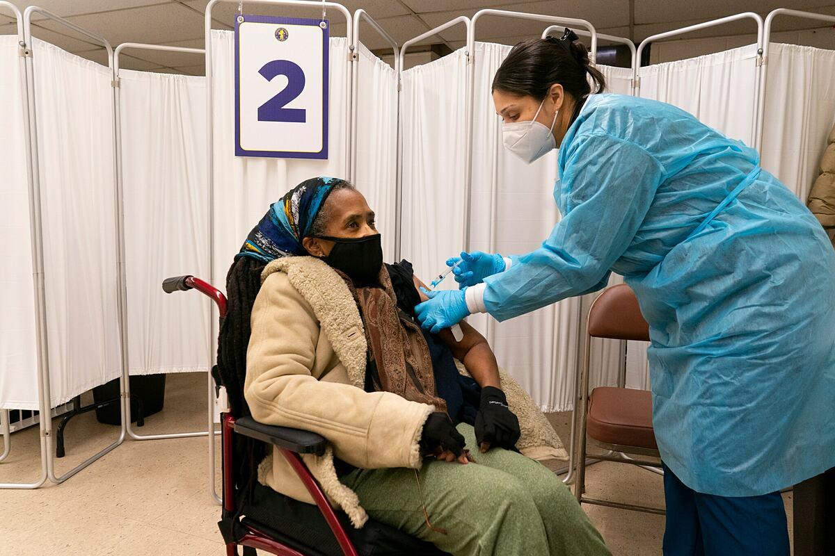 Một phụ nữ được tiêm vaccine Covid-19 của Johnson & Johnson tại Nhà thờ Baptist New Hope ở Newark, tháng 5/2021. Ảnh: NY Times