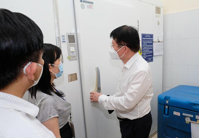 Thứ trưởng Cường (phải) kiểm tra kho dự trữ vaccine tại CDC Hà Nội, chiều 20/7. Ảnh: Trần Minh.