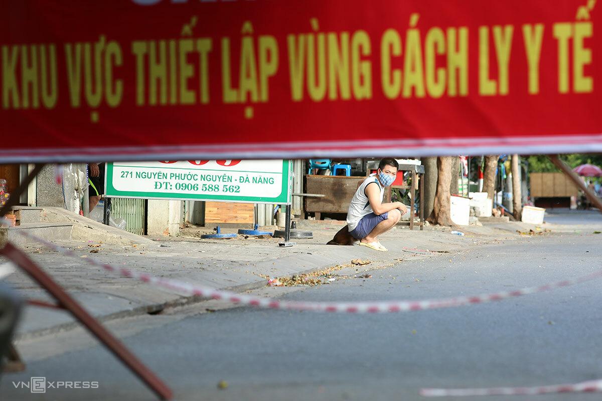 Người dân trong kkhu vực phong toả trên đường Nguyễn Phước Nguyên, nơi đang có chuỗi lây nhiễm. Ảnh: Nguyễn Đông.