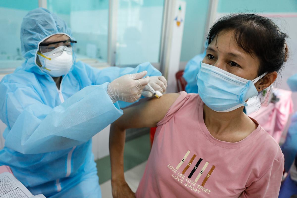 Nhân viên y tế tiêm vaccine cho một người dân tại TP HCM. Ảnh: Hữu Khoa